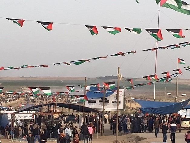 """הפגנה במסגרת """"צעדת השיבה הגדולה"""" ליד גדר המערכת ממזרח לעיר עזה, 13 באפריל 2018."""