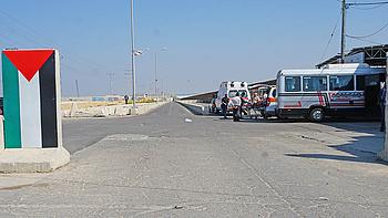 מטופל במחסום של הרשות הפלסטינית ליד מעבר ארז לפני יציאתו מעזה לצורך קבלת טיפול רפואי