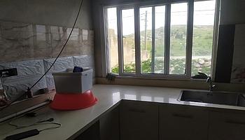 لم يكن في المنزل سوى غرفتين قبل المشروع. وتم تشييد مطبخ وتركيب تمديدات المياه في سياق إعادة تأهيله. تصوير: رياض جابر