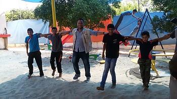مجموعة من الأطفال المستفيدين من أنشطة الدعم النفسي والإجتماعي غير المنتظم في مركز حماية الأطفال التابعة لمؤسسة أرض الإنسان © - تصوير مؤسسة أرض الإنسان