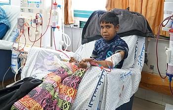 מוחמד בן ה־14, המטופל בדיאליזה בבית החולים א־שיפא שברצועת עזה, 27 באפריל 2017. צילום: משרד האו״ם לתיאום עניינים הומניטריים