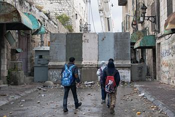 الطريق الرئيسية المؤدية إلى المنطقة التي تسيطر عليها إسرائيل في مدينة الخليل، كانون الثاني/يناير 2016