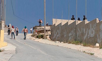 מתנחלים ישראלים, מלווים בחיילים, תוקפים את הכפר עוריף (נפת שכם), 6 ביולי 2018. © צילום: עאדל אל־עמר/בצלם