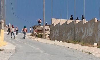 مستوطنون إسرائيليون، يرافقهم جنود إسرائيليون، وهم يهاجمون قرية عوريف (نابلس)، 6 تموز/يوليو 2018 © - تصوير عادل العامر/بتسيلم