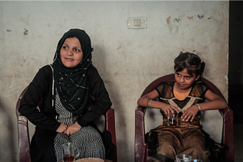 אִעְתידאל בת ה־30 ובתה לָיאן בת ה־11 פוגשות אנשי צוות של מועצת הפליטים הנורבגית בביתן שבג׳באליה, ב־21 באוגוסט 2019 / © צילום: אחמד משחראווי, מועצת הפליטים הנורבגית