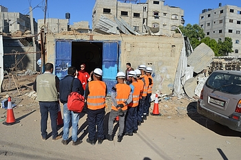 UNMAS staff conducting an ERW awareness session to a group of contractors, November 2019. Photo by UNMAS.