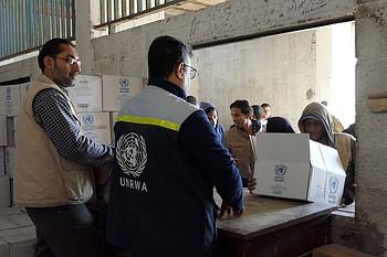 وكالة الأونروا أثناء توزيع الطرود الغذائية على اللاجئين الفلسطينيين الذين يعانون من إنعدام الأمن الغذائي، غزة، 11 كانون الأول/ديسمبر 2018 © - تصوير مكتب الأمم المتحدة لتنسيق الشؤون الإنسانية