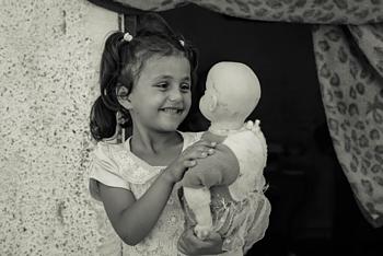 רימאס בת השבע משחק בבובתה בביתה שבג׳באליה, ב־21 באוגוסט 2019 / © צילום: אחמד משחראווי, מועצת הפליטים הנורבגית