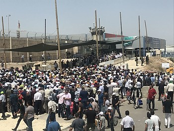 Qalandiya checkpoint Friday 31 May. © Photo by OCHA