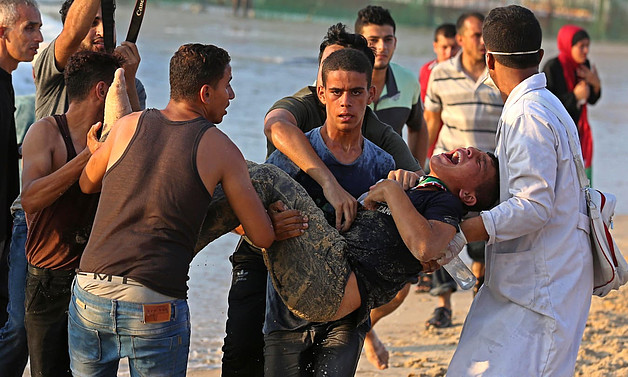 Palestinian injured during a demonstration protesting the naval blockade on the beach near the fence , northwest of Beit Lahiya. September 2018. © Photo by Ashraf Amra