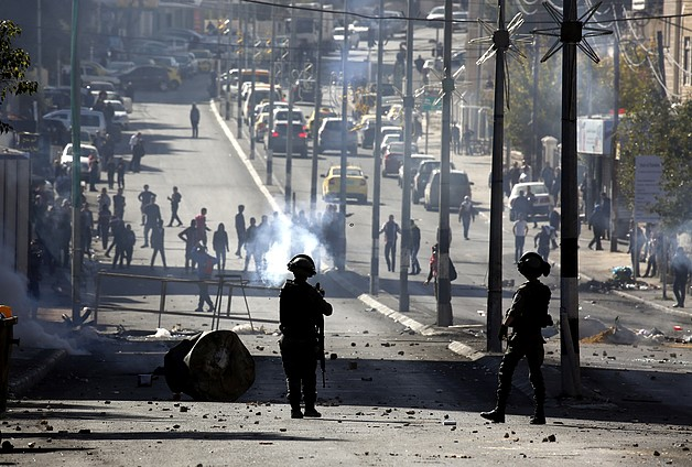 Clashes between Palestinians and Israeli forces during a protest against the US recognition of Jerusalem as Israel's capital, Bethlehem,12 December 2017. © Photo by Abed Hashlamoun