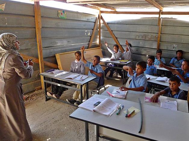 مدرسة خان الأحمر تواجه خطر الهدم في أعقاب صدور قرار هدم بحقها من الإدارة المدنية الإسرائيلية في 5 آذار/مارس 2017.