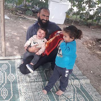 רדאד דראר׳מה עם שתי בנותיו הפעוטות והתינוק שזה עתה נולד, 7 בדצמבר 2020. צילום: המשפחה הנפגעת.