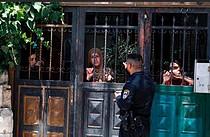 أفراد من عائلة صيام الكبيرة يشاهدون إخلاء أقاربهم من منزلهم، 10 تموز/يوليو 2019