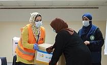 مجموعات النظافة الشخصية، التي تحوي لوازم أساسية للنظافة الصحية، يوزعها صندوق الأمم المتحدة للسكان على النساء الضعيفات