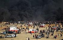 دخان أسود يتصاعد من الإطارات المشتعلة خلال المظاهرات بمحاذاة السياج، غزة  © - تصوير منظمة الصحة العالمية