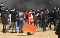 أحد أعضاء جمعية الهلال الأحمر الفلسطيني يحضر مظاهرات مسيرة العودة الكبرى في 27 ابريل 2018لتقديم الدعم الصحي للمصابين