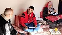 אנשי סגל של מועצת הפליטים הנורווגית מראיינים משפחת עקורים בצפון עזה, נובמבר 2017