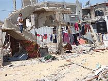 نازحون يعيشون في مأوى مؤقت قرب منازلهم المدمرة، بيت حانون. صورة بواسطة مكتب تنسيق الشؤون الإنسانية