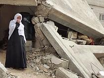 امرأة تعيش بين أنقاض منزلها المدمر شرق خانيونس، شباط/فبراير 2015 الصورة من مكتب تنسيق الشؤون الإنسانية