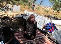 امرأة فلسطينيه، ام لاربعة اولاد، من سكان جورة الخير، جالسة قرب مقتنياتها بعد هدم بيت عائلتها على يد السلطات الإسرائيلية يوم ١٦ أب/اغسطس ٢٠١٦