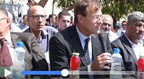 David Carden, Head of OCHA oPt, speaking in Khan al Ahmar on 17 August