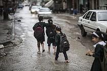 ילדים חוזרים מבית הספר בזמן הצפות בעיר עזה, ינואר 2015 / © צילום: ויסאם נאסר
