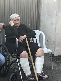 أيوب شماسنة البالغ من العمر 84 عاما في اليوم الذي أُخليت فيه العائلة في 5 أيلول/سبتمبر. الصورة التقتت من قبل مكتب الأمم المتحدة لتنسيق الشؤون الإنسانية.