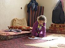 ילדה פלסטינית עקורה בדיור זמני בעזה / © צילום: משרד האו״ם לתיאום עניינים הומניטריים, פברואר 2015