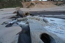 مياه عادمة غير معالجة يتم تصريفها إلى البحر الأبيض المتوسط. تصوير مكتب تنسيق الشؤون الإنسانية.