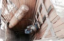 خبير التخلص من المتفجرات التابع لدائرة الأمم المتحدة للأعمال المتعلقة بالألغام يزيل قنبلة أسقطت من الجو وزنها 925 كيلوجراما في غزة، المنطقة الوسطى، أيلول/سبتمبر 2016. صورة مقدمة من دائرة الأمم المتحدة للأعمال المتعلقة بالألغام