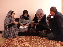 צוות של משרד האו״ם לתיאום עניינים הומניטריים סוקר משפחה עקורה ברפיח, דצמבר 2015.