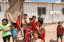 عائلة خضر في منزلها المتنقل والذي سكنت فيه منذ أكتوبر\تشرين أول 2014 في بيت حانون. أغسطس\آب. تصوير مكتب تنسيق الشؤون الإنسانية.