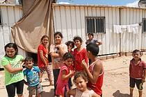 ילדים עקורים ליד המחסה הארעי שלהם, בית חנון, עזה, אוגוסט 2017 / © צילום: משרד האו״ם לתיאום עניינים הומניטריים