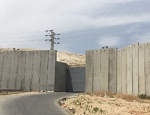 Main route connecting Az Za'ayyem village with East Jerusalem, May 2016. Photo by OCHA