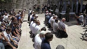 فلسطينيون يصلون خارج الحرم القدسي الشريف/جبل الهيكل احتجاجا على أجهزة كشف المعادن التي تم تركيبها حديثا، البلدة القديمة في القدس، 16 تموز/يوليو 2017. تصوير محمود اللين
