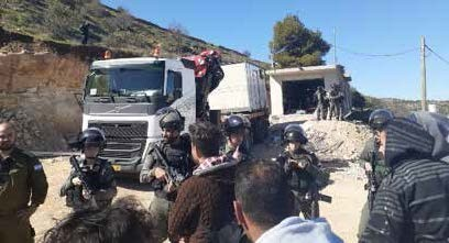 The Israeli authorities seize a commercial structure in Al Hijra (Hebron) on the grounds of Military Order 1797 on 6 February 2020. Photo by OCHA.