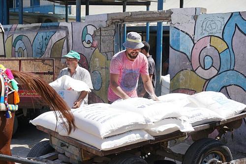 توزيع مساعدات غذائية في وكالة الأمم المتحدة لتشغيل اللاجئين الفلسطينيين (الأونروا)، غزة © - تصوير مكتب تنسيق الشؤون الإنسانية